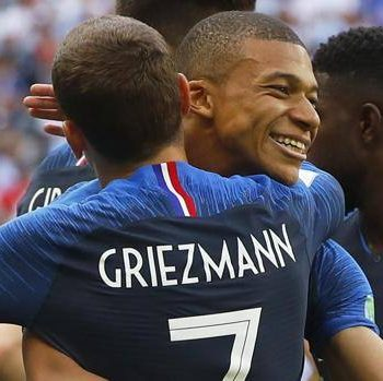 Kylian Mbappé, abbracciato da Griezmann EPA