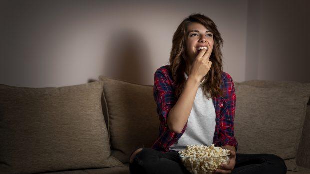Mangiare tanto di sera può aumentare il rischio di infarto e diabete. E far ingrassare