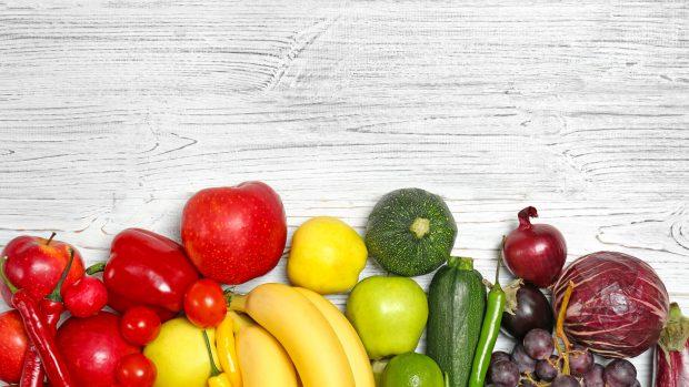 Frutta e verdura, ne consumiamo troppa poca: ecco quanta bisognerebbe mangiarne