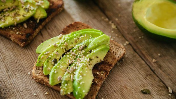Dieta per la concentrazione e la memoria: avocado, pesce e semi. Ma soprattutto una colazione completa