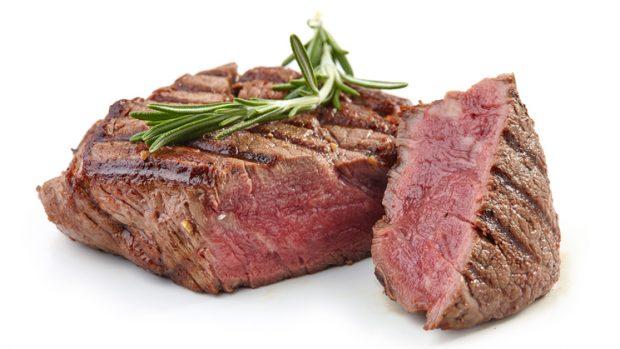 Carne: dalle proteine nobili alla vitamina B12, i benefici di un alimento spesso sotto accusa
