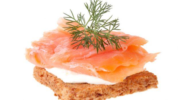 Salmone affumicato: omega 3 e vitamine del gruppo B. Ecco quanto se ne può mangiare in una dieta equilibrata