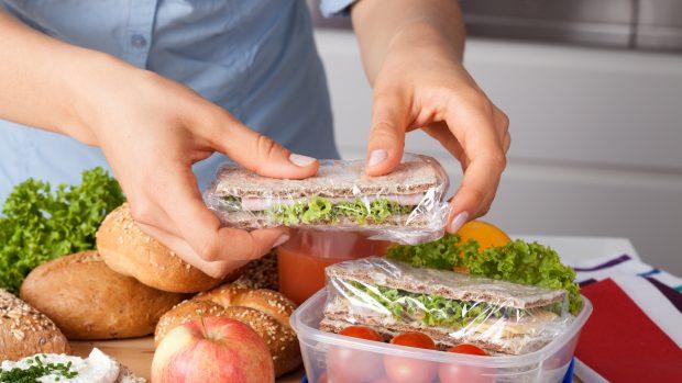 La dieta per chi fa i turni al lavoro: che cosa mangiare (e quando) per non ingrassare