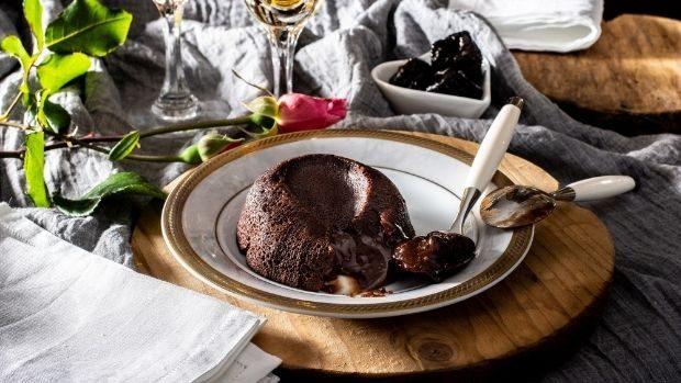 Dessert, tortino al cioccolato con cuore morbido di prugne