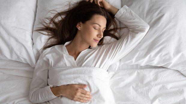 Insonnia, cosa mangiare a cena per dormire bene? Ecco gli alimenti che conciliano il sonno
