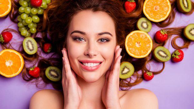 Dieta e beauty routine per una pelle luminosa e sana: alimenti, creme, trattamenti...
