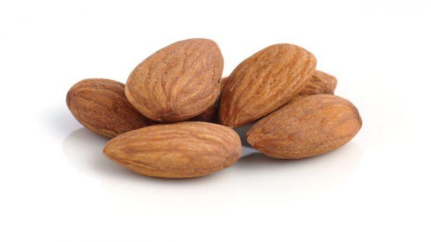 frutta secca: mandorle su fondo bianco