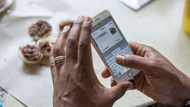 uno smartphone nell'atto di fotografare dle cibo per Instagram